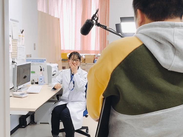 腎臓疾患について解説する女医役の撮影風景